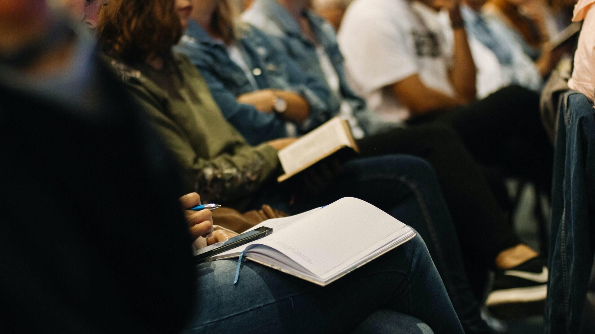 Bibelstudium_Gruppe-mit-Notizen